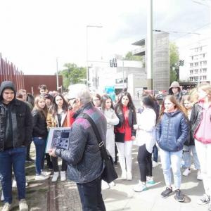 Gedenkstaette-Berliner-Mauer-waehrend-der-Stadtrundfahrt